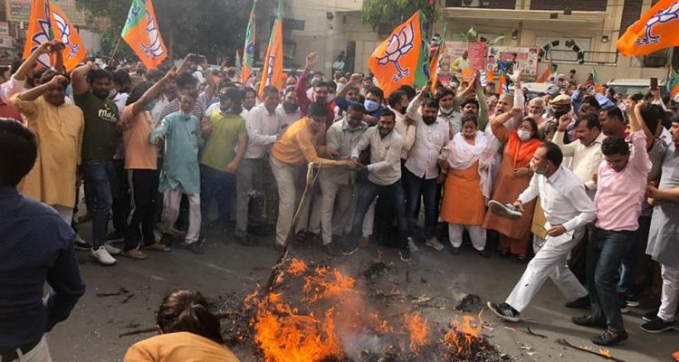 भाजपा कार्यकर्ताओं ने पंजाब की कांग्रेस सरकार और मुख्यमंत्री कैप्टन अमरिंदर सिंह का पुतला फूंका