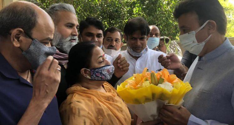 जिला अध्यक्ष श्रीमती गार्गी कक्कड़ जी ने श्री राव नरबीर सिंह जी को दी जन्मदिन की बधाई