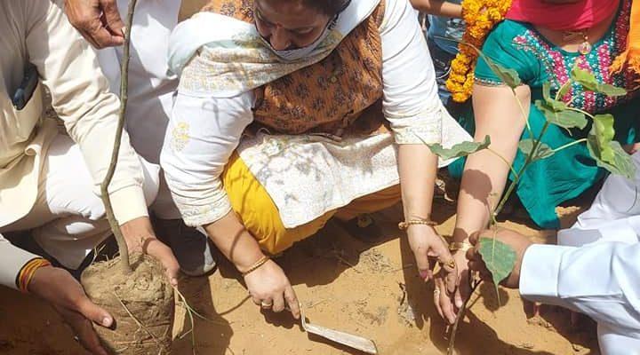 डॉ श्यामा प्रसाद मुखर्जी की जयंती पर  जिला अध्यक्ष गार्गी कक्कड़ जी द्वारा  ग्राम बारगुर्जर में  पौधारोपण का कार्यक्रम किया गया